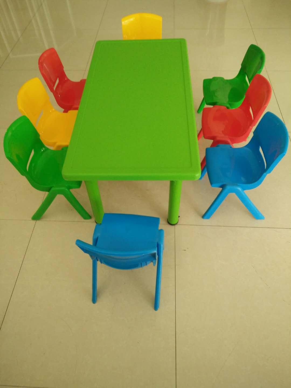 幼儿园彩色小桌椅